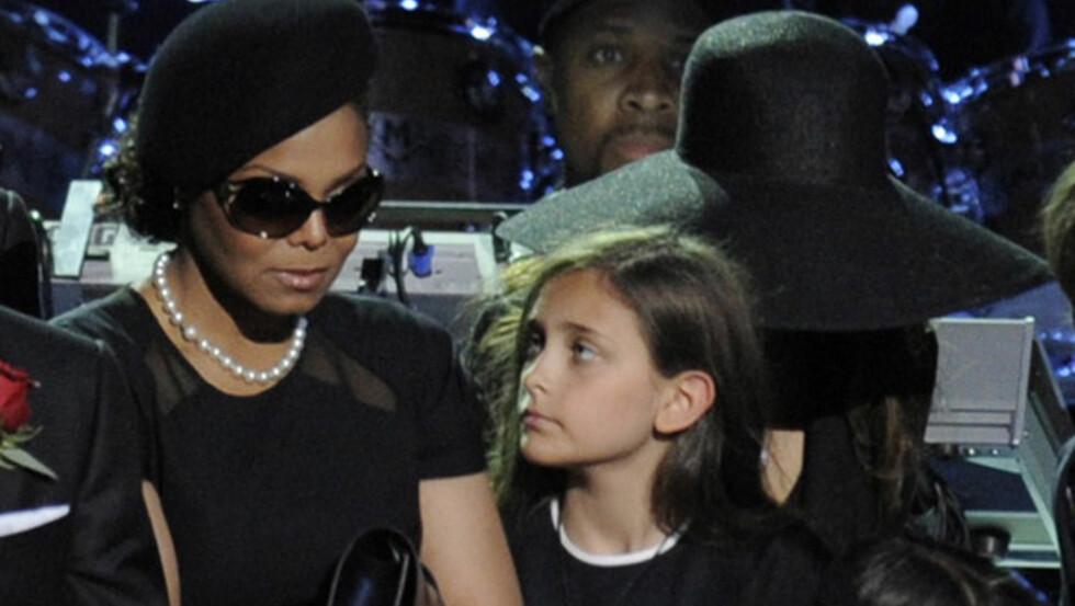 STO TETT SAMMEN: Janet trøstet Paris på minnestunden for den avdøde faren hennes, Michael Jackson, i 2009. Nå skal Janet ha slått Paris i ansiktet under en krangel.  Foto: Fame Flynet