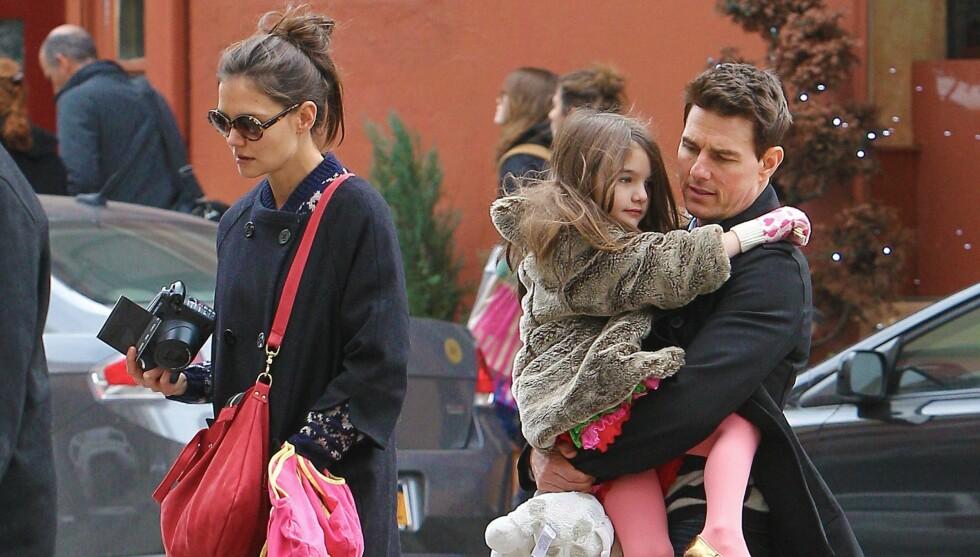 ANSTRENGT FORHOLD: I slutten juni slapp skuespiller Katie Holmes sjokknyheten om at hun og Tom Cruise skal skilles. Én dag før hun annonserte bruddet, skal hun ha unngått å navngi ham i et intervju. Her er de to avbildet med 6 år gamle Suri i New Yor Foto: All Over Press