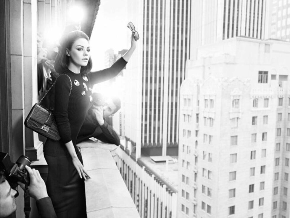 NOSTALGI: Skuespiller Mila Kunis minner om ikoniske Jackie Kennedy i den ferske svart-hvitt-serien til motehuset Christian Dior. Foto: STELLA PICTURES