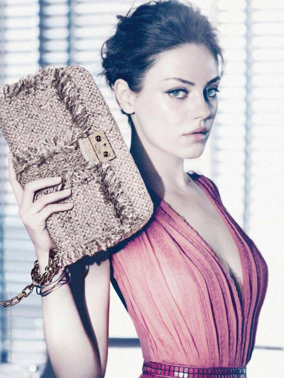 PASTELL: I Diors veskekampanje fra i våres fremstod Mila Kunis i en mer romantisk setting. Foto: Stella Pictures