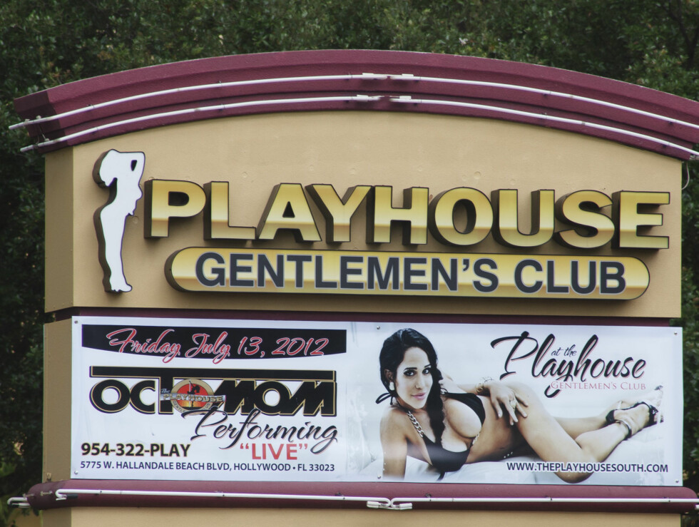 PLAKATPIKE: Nadya Suleman på plakaten utenfor Florida gentlemens club.  Foto: All Over Press