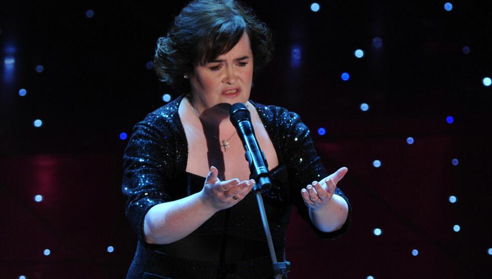 SYNGER VETTET AV NABOENE: Susan er vant til at tusenvis av fans betaler for å høre henne synge. Men naboene hennes vil helst at hun slutter med det hjemme, selv om de får høre henne gratis. Foto: Fame Flynet