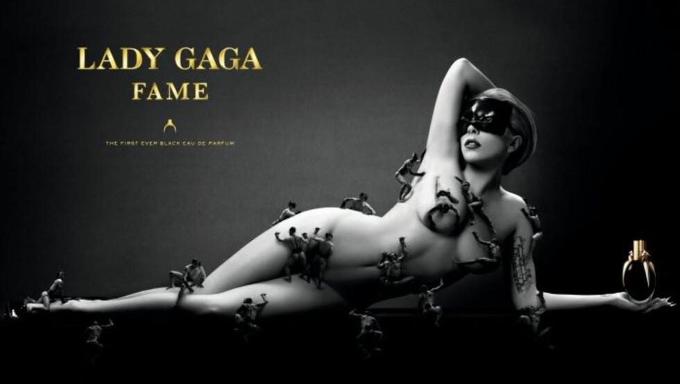 DEKKET AV MENN: Lady Gaga er kun dekket av modeller i miniatyr på reklamebildet for sin nye parfyme.  Foto: Faksimile Fame-reklamen