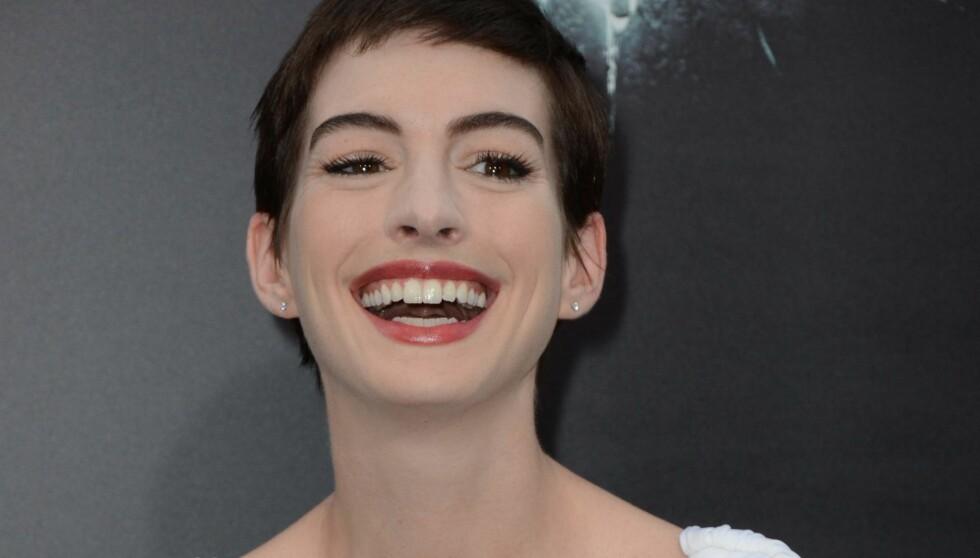 LO OG KOSTE SEG: Anne Hathaway storkoste seg på den svarte løperen på Batman-premieren. Foto: All Over Press