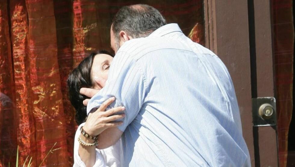 HETE SCENER: James Gandolfini klinte til med Julia Louis-Dreyfus under innspillingen av deres nye film i Los Angeles. Foto: All Over Press