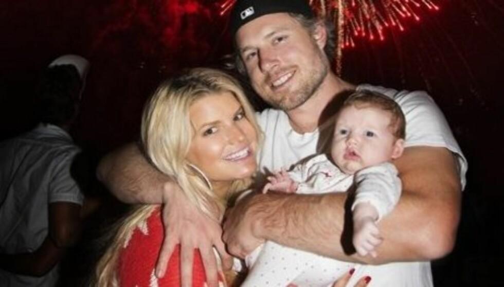 FIN FAMILIE: I mai ble Jessica Simpson og forloveden Eric Johnson foreldre til lille Maxwell. Nå er hun desperat etter å miste babyvekten.  Foto: Jessica Simpson/ Twitter