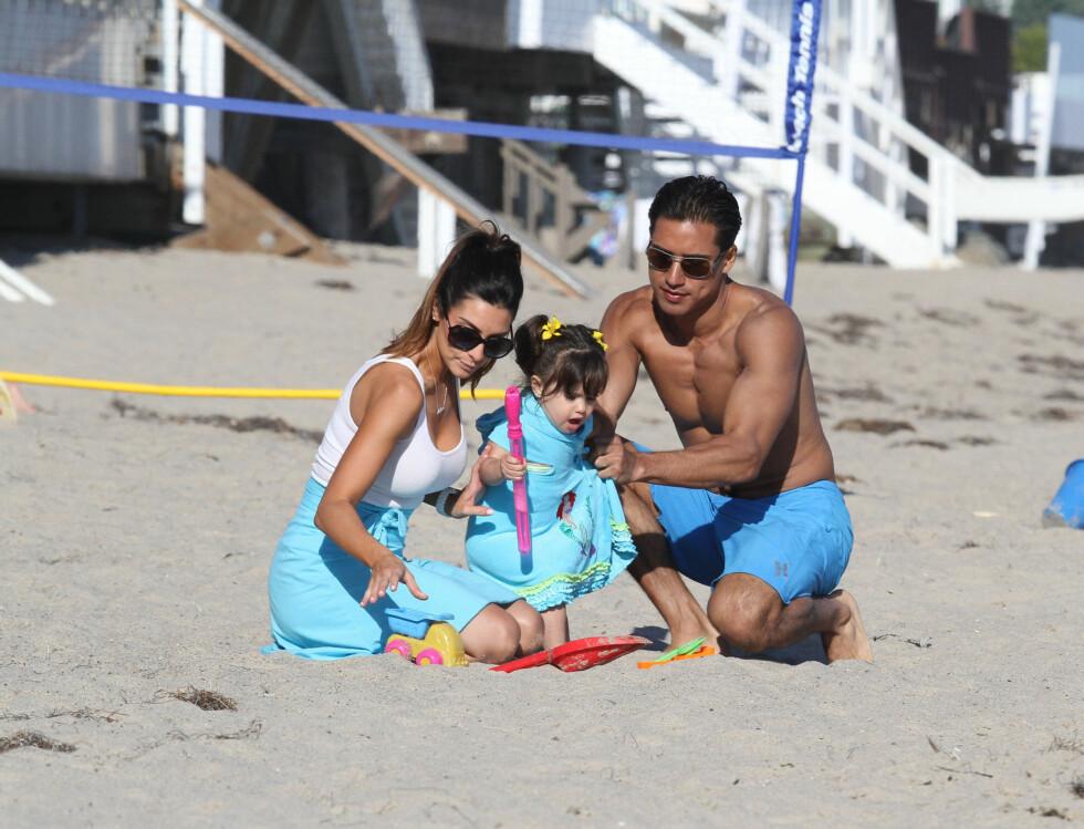 LEKTE I SANDEN: Mario og Courtney bygget sandslott med datteren.  Foto: FameFlynet Norway