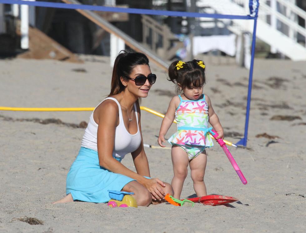 NYTER FERIEN: Courtney nøt solen sammen med datteren. Hun planlegger for tiden bryllup med Mario.  Foto: FameFlynet Norway