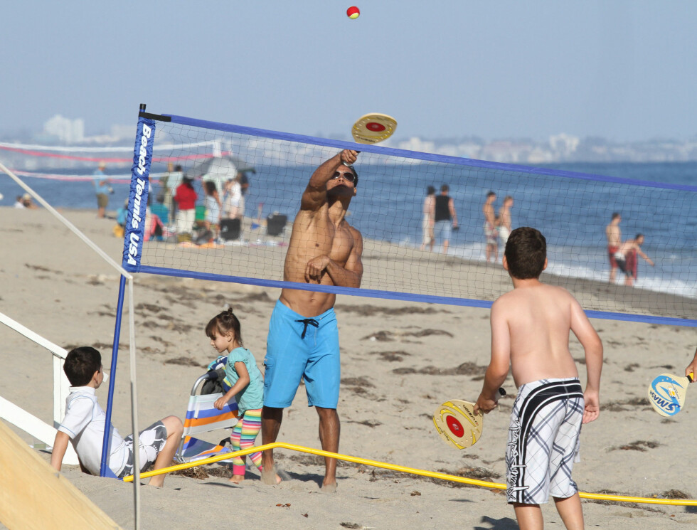 LEKEN: 38-åringen lekte sammen med barna på stranden.  Foto: FameFlynet Norway