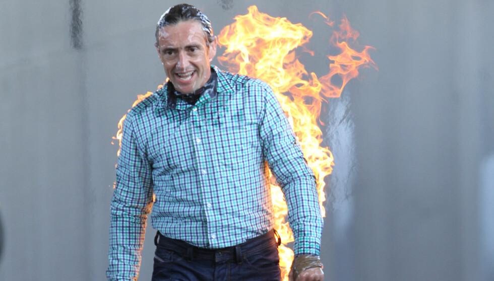 I FLAMMER: Deretter satte programlederen Hammond fyr på seg selv. Foto: All Over Press