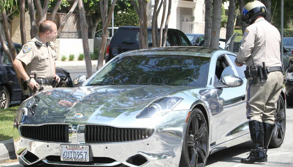 KROM-GUTTEN: Fotografene trakk seg unna da politiet kom, men Bieber fikk bot for å ha råkjørt med sin kromfolierte Fisker Karma. Foto: All Over Press