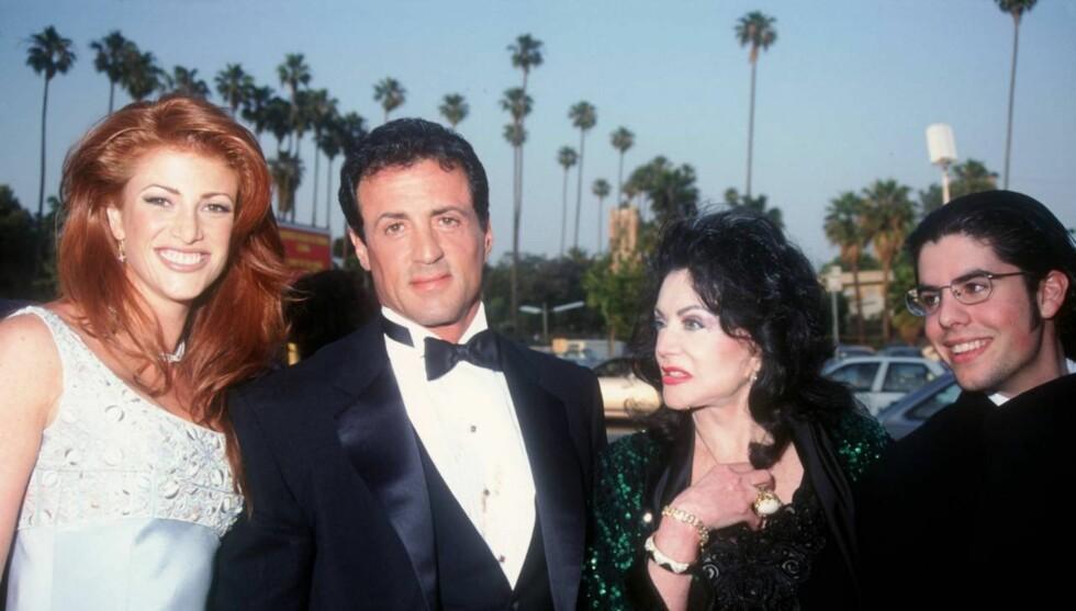 BERØMT FAR: Fredag ble Sage Stallone funnet død i sitt hjem. Her er han sammen med modellen Angie Everhart, faren Sylvester Stallone og bestemoren Jaqueline Stallone i 1995.  Foto: All Over Press