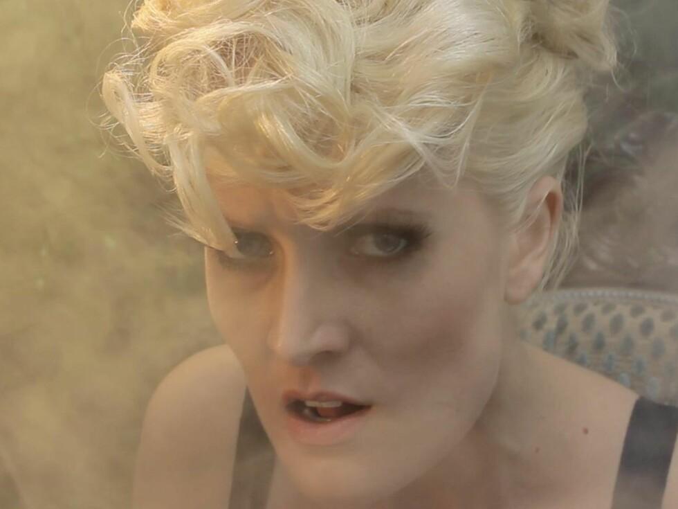 TROLSK: Maria Mohns ferske musikkvideo er både mystisk, vakker, røff og morsom ifølge filmskaper Linn Marie Christensen. Hun mener dét passer den tidligere «Idol»-deltakeren veldig godt. Foto: Stillbilde fra videoen