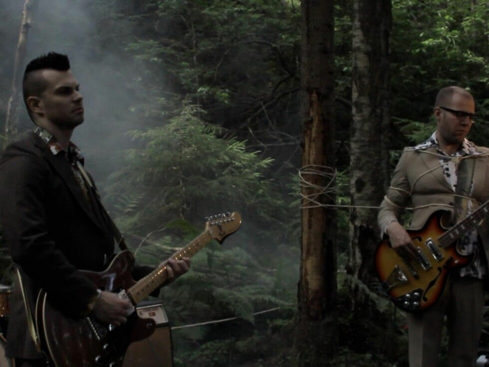 HVILELØST: I musikkvideoen er bandet til Maria Mohn som fanget i skogen mens 29-åringen synger sin sang. Foto: Stillbilde fra videoen