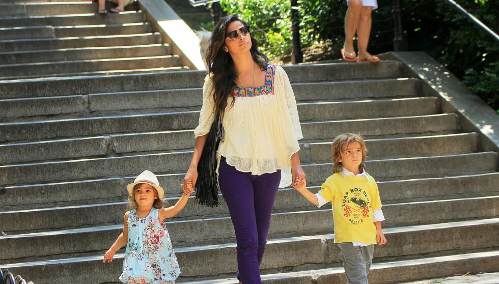 ALLE GODE TING ER TRE: Hollywood-stjernen Matthew McConaughey og kona Camila venter sitt tredje barn sammen - mandag viste hun frem babymagen (t.h). Fra før av har de datteren Vida og sønnen Levi sammen (t.v). Foto: All Over Press