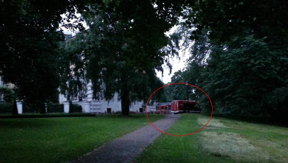 UTRYKNING: Flere brannbiler rykket natt til lørdag ut til Slottet i Oslo, da brannalarmen gikk. Foto: Privat