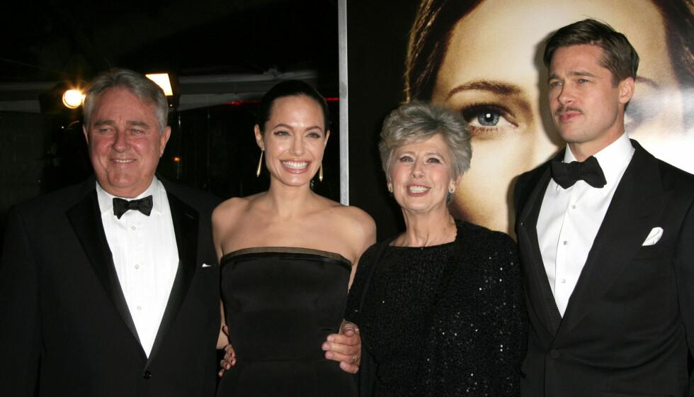 KRANGLER: Angelina Jolie liker ikke Brad Pitts mor Janes meninger om homofilt ekteskap. Her er paret sammen med Brads foreldre på en filmpremiere for fire år siden.  Foto: FameFlynet Norway