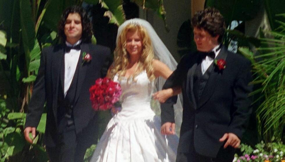 UTTALER SEG FOR FØRSTE GANG: Sage Moonblood Stallone ble funnet død fredag. Nå snakker moren Sasha Czack, i midten, for første gang om sønnens død. Her er Sage til venstre i morens bryllup med Rich Ash i april 2000. Foto: All Over Press
