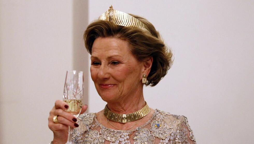 DRONNINGENS SKÅL: I dag fyller dronning Sonja 75 år, og dagen feires privat med venner og familie. Foto: NTB scanpix