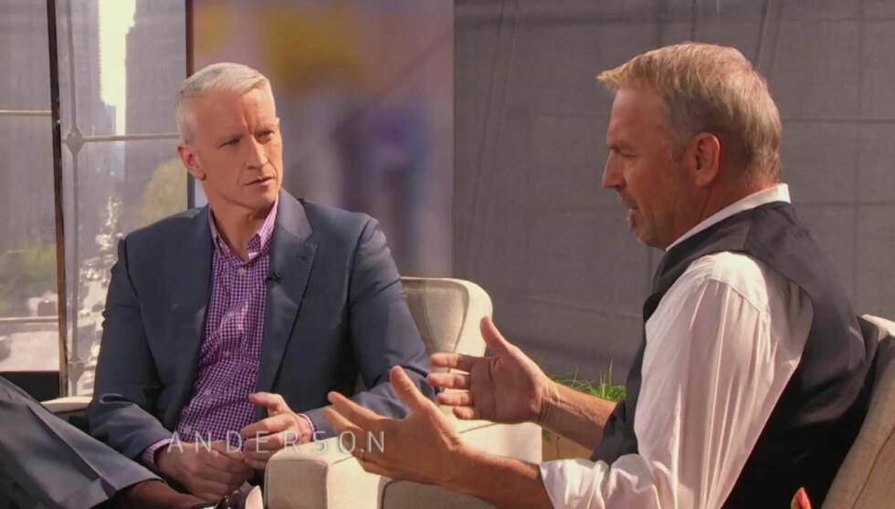 TV-STJERNE: Anderson Cooper (t.v.) er en av USAs mest profilerte journalister. Her intervjuer han filmstjernen Kevin Costner. Foto: Stella  Pictures