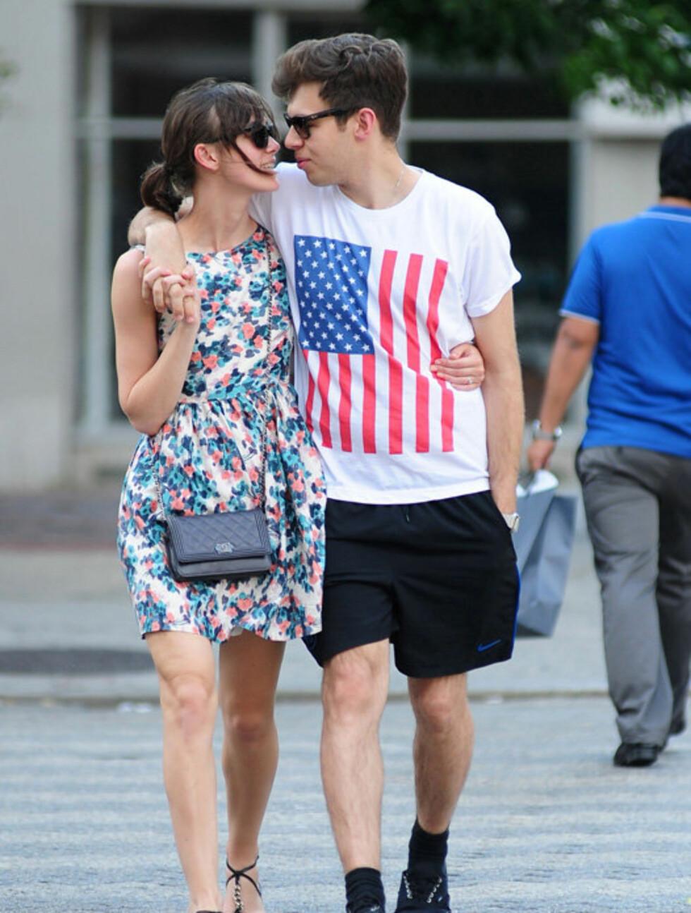 NÆRKONTAKT: Det britiske paret så ut til ikke å få nok av hverandre da de spaserte sammen i Soho i New York denne helgen.    Foto: Stella Pictures