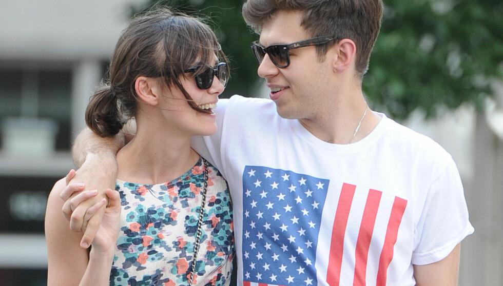 STORMFORELSKET: Keira Knightley og James Righton ble et par i fjor vår - og forlovet seg i mai. Stjerneparet brydde seg verken om fotografer eller forbipasserende da de viste sin kjærlighet i New York i helgen.  Foto: All Over Press