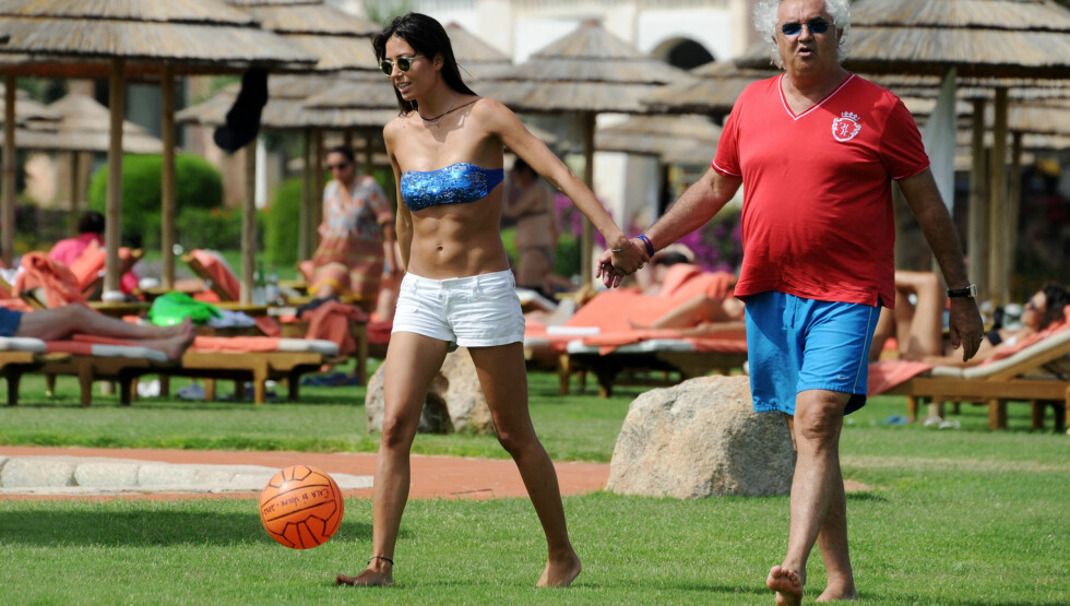 VANDRER HÅND I HÅND: Elisabette og Flavio bryr seg ikke om aldersforskjellen på 30 år. Under ferien på Sardinia svermet de to rundt hverandre som nyforelskete tenåringer.  Foto: Stella Pictures