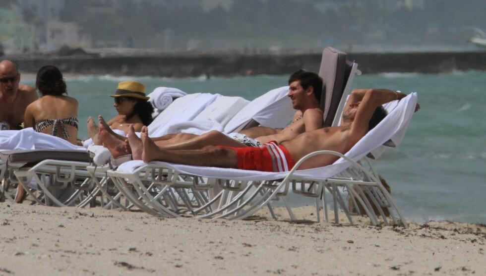 FEIRET MED VENNER: Messi fylte søndag 25 år, og feiret på strandtur med vennene Foto: FameFlynet