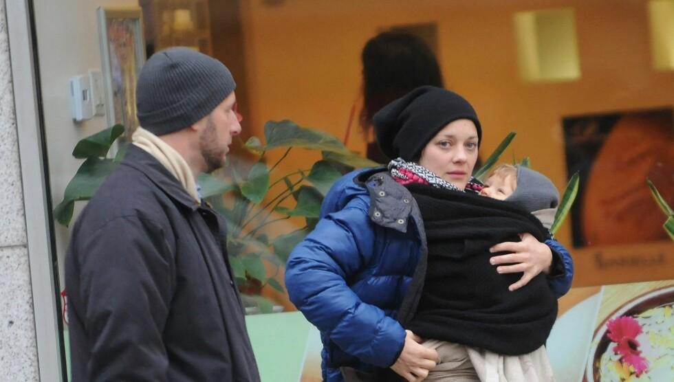 UTSLITT OG LYKKELIG: Marion Cotillard innrømmer at livet som mamma er tøft, men nyter det likevel. Her er hun ute på tur med sønnen Marcel og ektemannen Guillaume Canet i New York tidligere i år. Foto: All Over Press