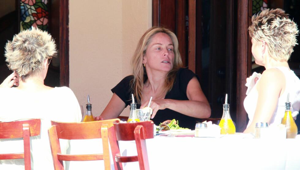 VALGTE Å SITTE I SKYGGEN: Mens både søsteren og venninnen satt i sola, valgte slitne Sharon å sitte i skyggen. Foto: All Over Press