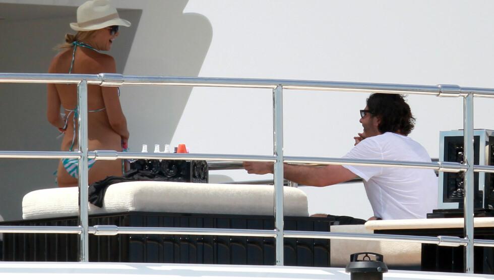 KOSER SEG I VARMEN: Kate Hudson og mannen Matthew Bellamy nyter solen i Saint Tropez. Foto: FameFlynet