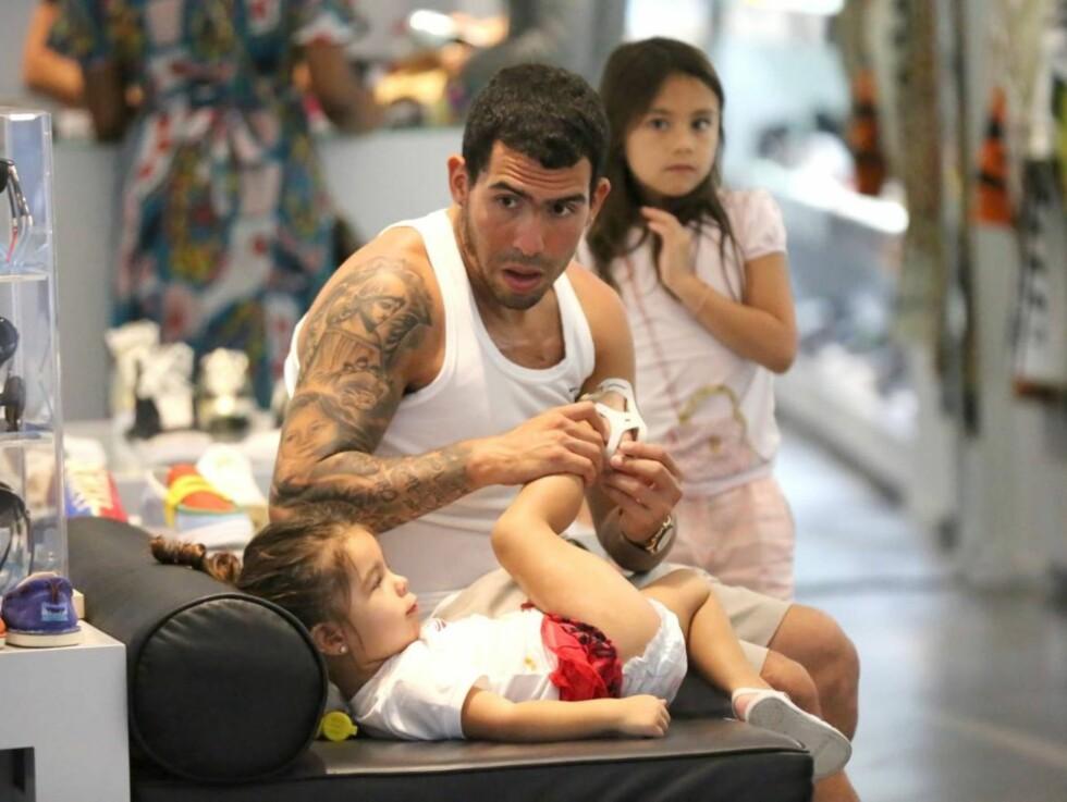 PASSET PÅ: Carlos passet på at hans yngste datter hadde skoene skikkelig på. Foto: All Over Press