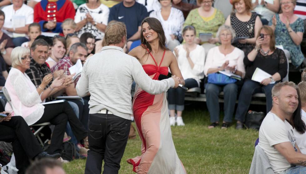 IMPULSDANS: Her danser Katrine med en tilfeldig fra publikum. Det er en opplevelse han sent vil glemme. Foto: Arne-Petter Lorentzen/Se og Hør