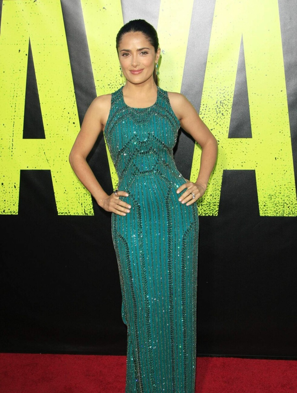 <strong>SKJØNN I GRØNN:</strong> Salma Hayek, som også har en rolle i filmen, poserte på den røde løperen i en paljettbesatt sjøgrønn kjole.  Foto: All Over Press
