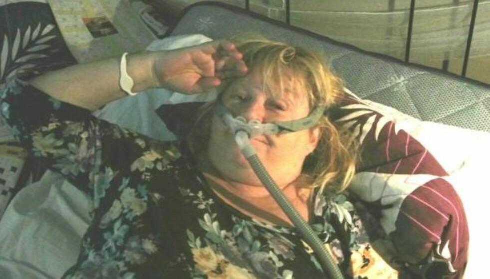 HER ER HENNES SENGEHEMMELIGHET: Kikki viser fram snorkemaskinen hun bruker hver natt på Twitter. Den blåser luft inn inn i nesa hennes.  Foto: Twitter