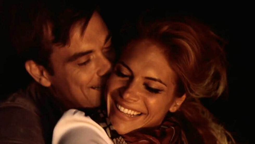 MER GLAD I KONA ENN JOBBEN: Robbie hadde med Ayda i musikkvideoen sin Bodies, i 2009. Paret har vært gift i to år.  Foto: Fame Flynet