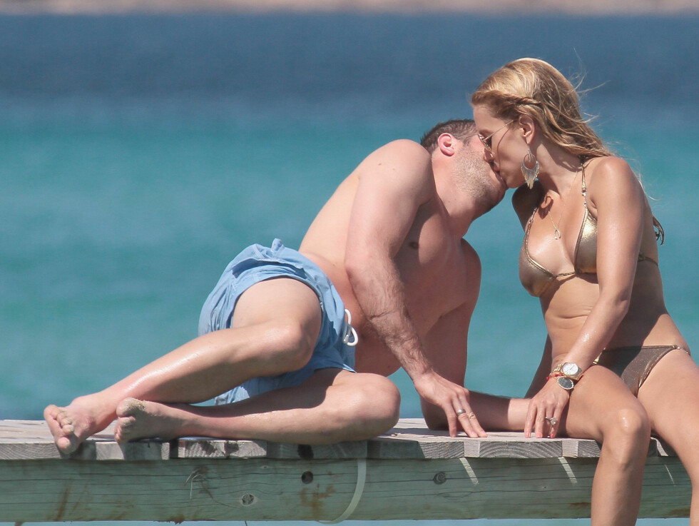 HET STEMNING: Det var ikke bare sola som førte til het temperatur på stranda under ferien til Rafael van der Vaart og kona Sylvie i franske Saint Tropez. Foto: Stella Pictures