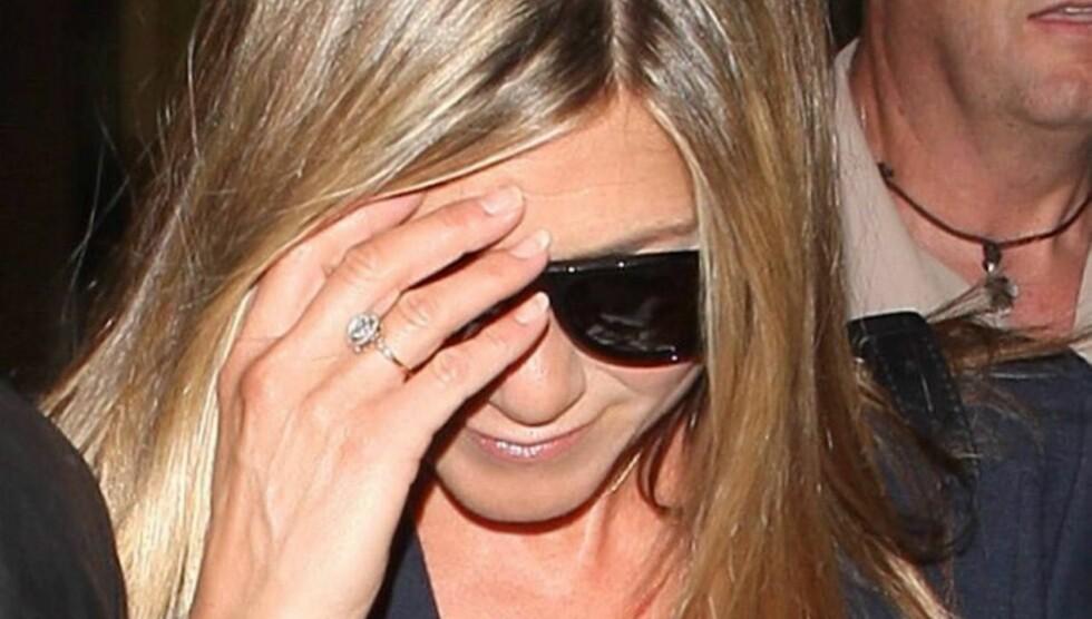 RING PÅ FINGEREN: Amerikanske medier spekulerer nå i om denne nye diamantringen på Jennifer Anistons finger er beviset på at hun har forlovet seg med kjæresten Justin Theroux. Foto: All Over Press