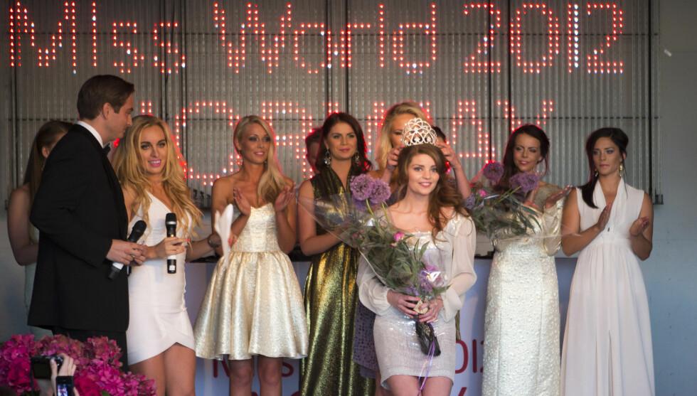 TIL TOPPS: Karoline Olsen kunne torsdag juble over å gå til topps i den norske Miss World-finalen i Oslo. Alle deltakernes kjoler er fra Kathrine Nørgård. Foto: Werner Juvik, Se og Hør