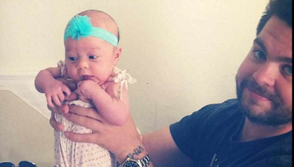 HER ER PEARL: Jack Osbourne viser fram sin førstefødte datter, Pearl. Foto: Fame Flynet