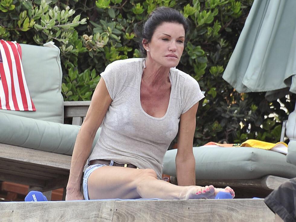 VELTRENT: Janice Dickinson hadde funnet frem små manualer i tillegg til en blå yogamatte på terrassen i Malibu.  Foto: All Over Press
