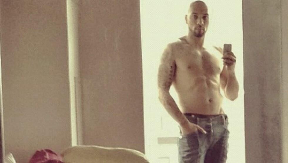 VISTE VASKEBRETTET: John Carew overrasket fansen sin ved å legge ut et bilde av seg selv i bar overkropp på den sosiale nett-tjenesten Instagram. Foto: Instagram