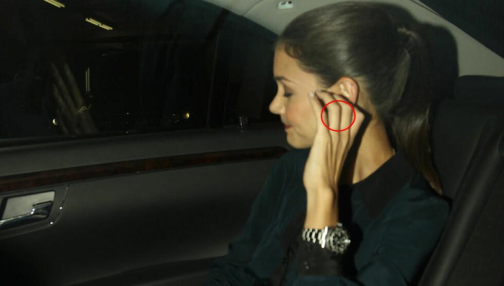 UTEN RING: Skuespiller Katie Holmes søkte om skilsmisse fra Tom Cruise forrige uke. Nå har hun fjernet gifteringen som ektemannen overrakte henne i bryllupsseremonien i november 2006. Her er hun avbildet alene i luksusbilen sin i New York.   Foto: All Over Press