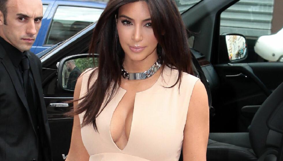 DRISTIG: I Paris viste Kim Kardashian hvorfor hun er på listene over verdens mest sexy kvinner.  Foto: FameFlynet Norway