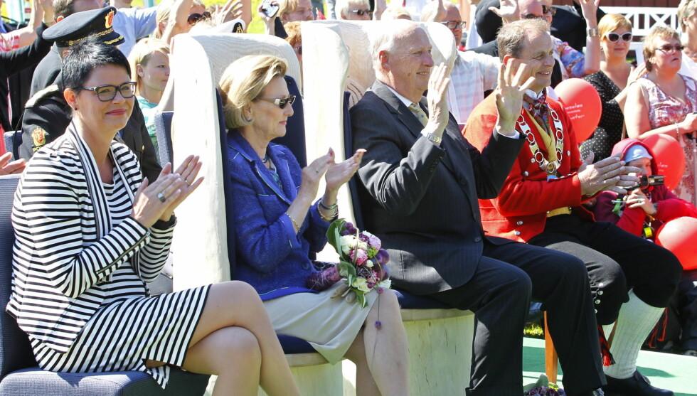 LO GODT: Kong Harald og dronning Sonja storkoste seg i sola i Andebu og lo godt av komiker Nils Ingar Aadne, men også kongen selv benyttet anledningen til å slå av noen spøker i sin tale.  Foto: NTB scanpix