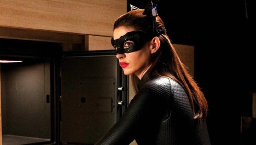 CATWOMAN: Anne Hathaway har trent svært hardt for rollen som Catwoman. Der bruker hun en svart kroppsdrakt. Foto: Fame Flynet