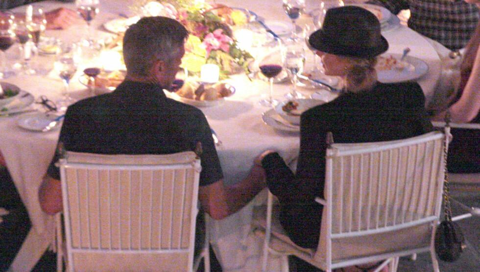 SØNDAGSMIDDAG: I går kveld hold George og Stacey hender ved bordet på restaurenten Villa Deste. Foto: Fame Flynet