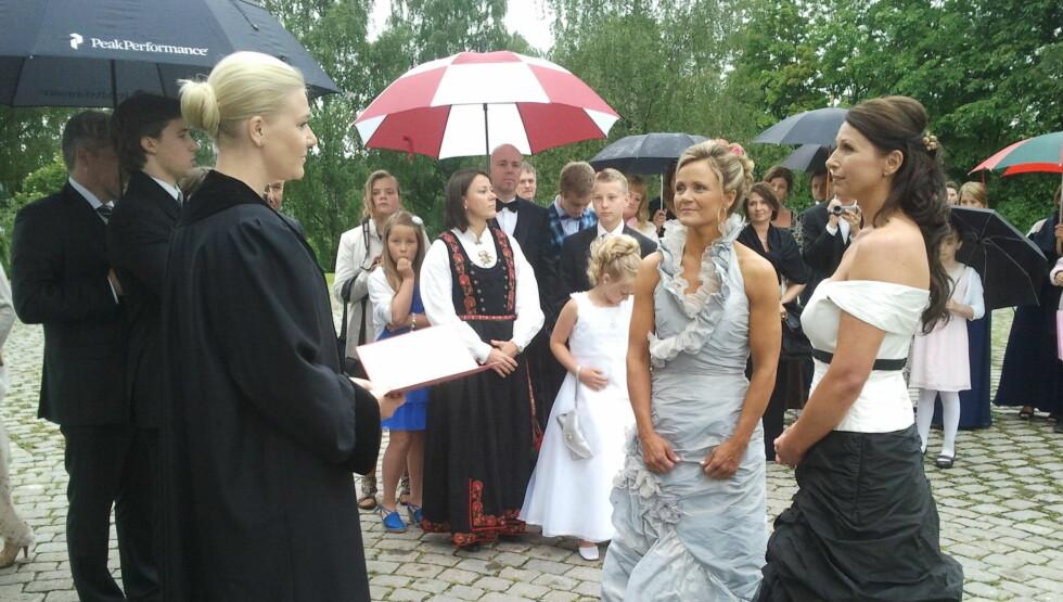 GIFTET SEG I FRILUFT: Linda Medalen og Trude Flan sa ja under en vielse utenfor Holmen kirke i Asker, lørdag. Foto: MMS-Foto: Tore Skaar/Se og Hør