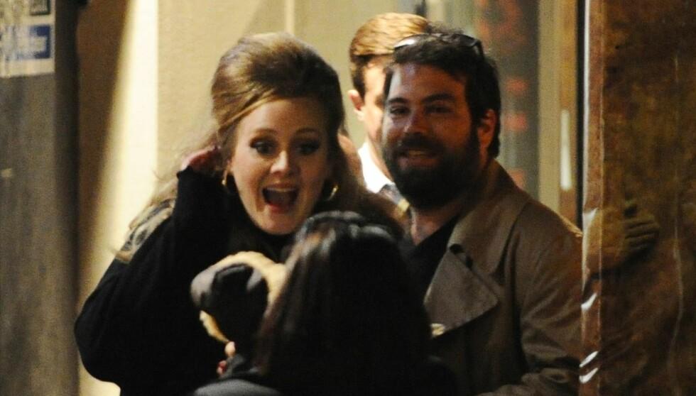 <strong>FORELSKET:</strong> Adele gleder seg over at hun snart skal bli mamma for første gang. Her er hun sammen med kjæresten Simon Konecki i London. Foto: FameFlynet Norway