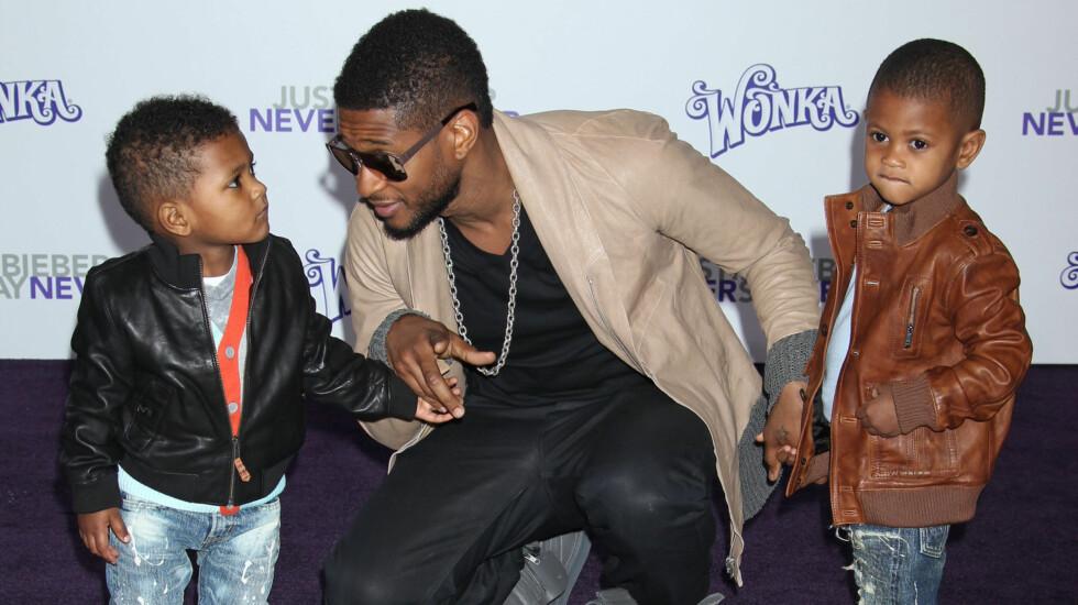 FRYKTER FOR BARNA: Usher fikk ilagt besøksforbud mot en sinnsforvirret kvinne, fordi han fryktet for sin og familiens sikkerhet. Her er han sammen med sønnene Usher Raymond V og Naviyd Ely Raymond.  Foto: All Over Press
